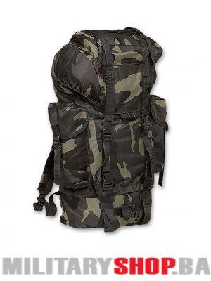 Tamno maskirni ruksak Brandit 65 litara je ranac vecih dimenzija, vece zampremine, sa dodatnim pregradama, i pomicnim trakam, crne tamne maskirne je boje.